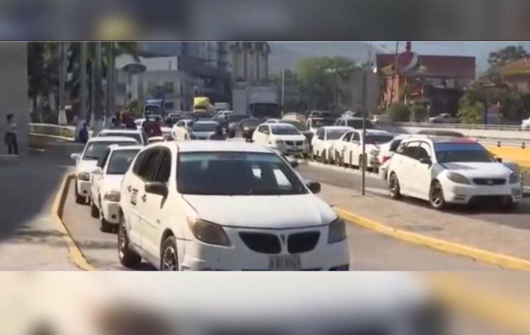 Taxistas protestan en SPS
