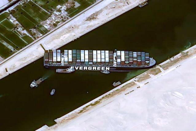Canal de Suez sin navegación: fracasa primer intento de reflotar buque encallado