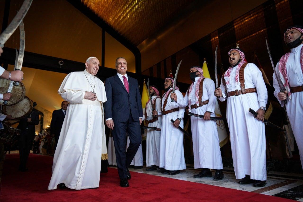 En auto blindado llega el Papa a Irak: «Basta de violencia», pidió