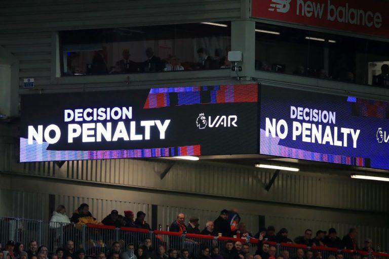 La Premier League pedirá propuestas a sus clubs para mejorar el VAR