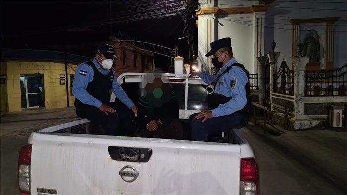 Militar asesina a mujer con bufanda.