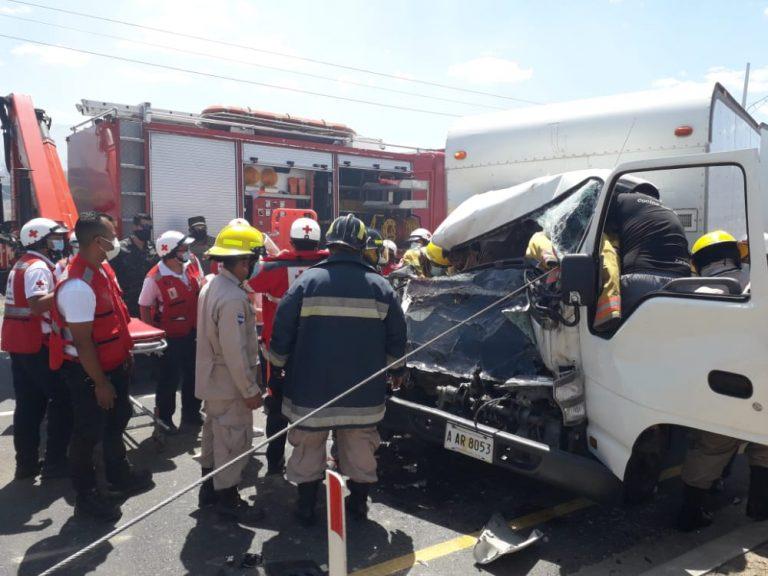 Amarateca: cinco vehículos colisionan y dejan varios heridos