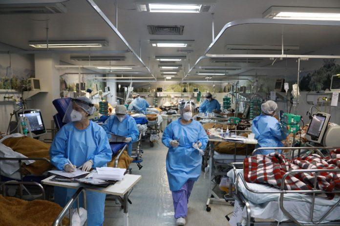 Las duras imágenes que muestran el colapso de hospitales y morgues en Brasil por covid-19