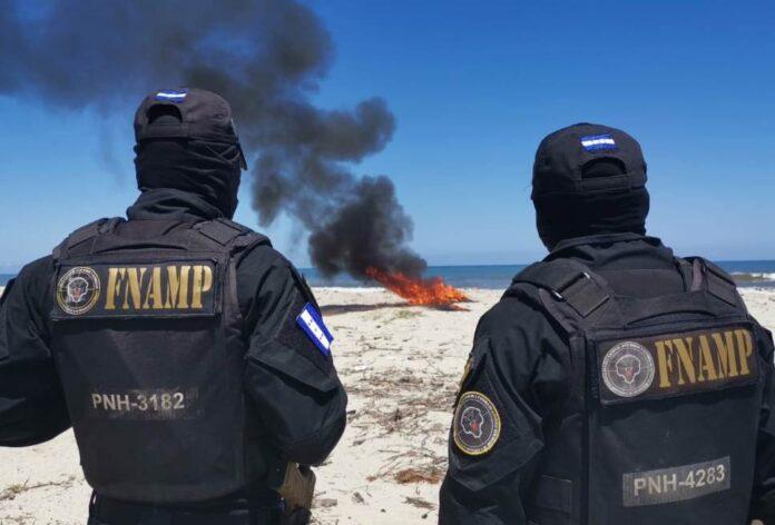 Atlántida: incineran 140 paquetes de supuesta marihuana decomisada en La Ceiba
