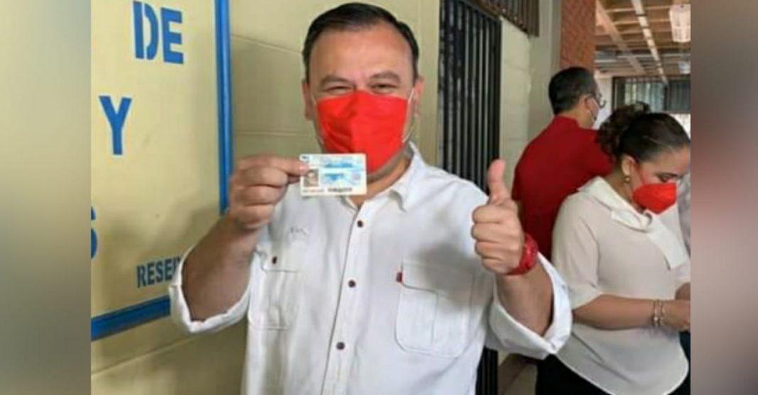 Darío Banegas vota en la UNAH