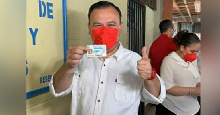 «Este es el seguro de vida de la democracia»: Darío Banegas vota en la UNAH