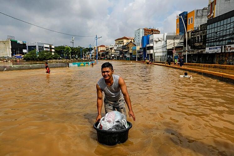 GALERÍA | Inundaciones en Indonesia: 113 muertos y decenas de desaparecidos