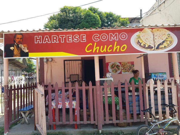 «Hártese como chucho»: hondureña se viraliza por el nombre de su negocio en Tocoa