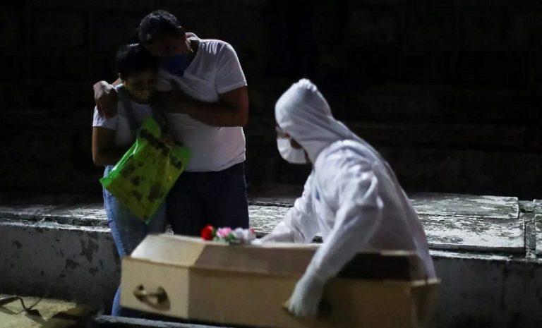 Brasil hace entierros de noche ante avalancha de muertos por COVID-19
