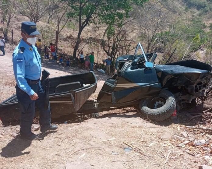 Pick-up con 16 personas se accidenta en Nueva Armenia