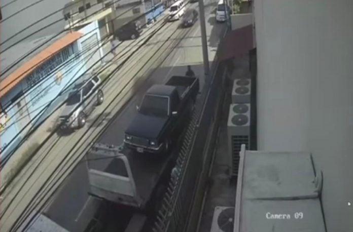 hombre muere aplastado por carro