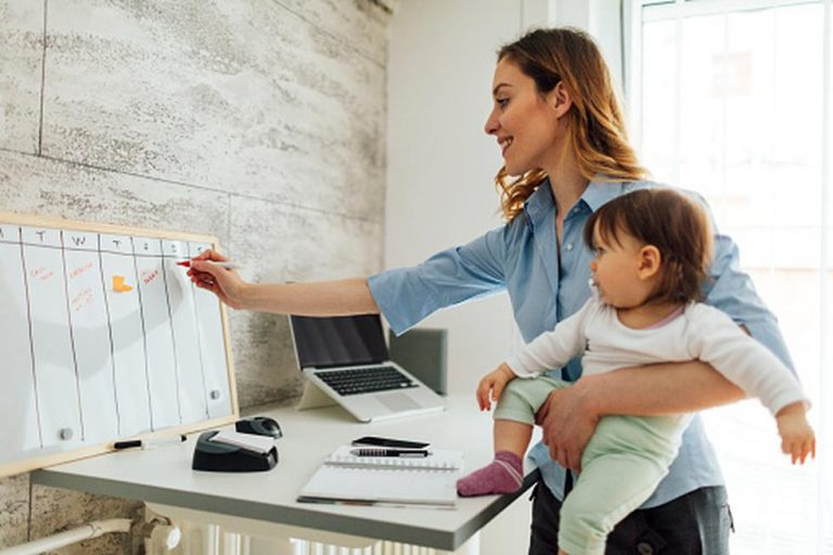 DE MUJERES| ¿Cómo ser mamá emprendedora «sin morir en el intento»?