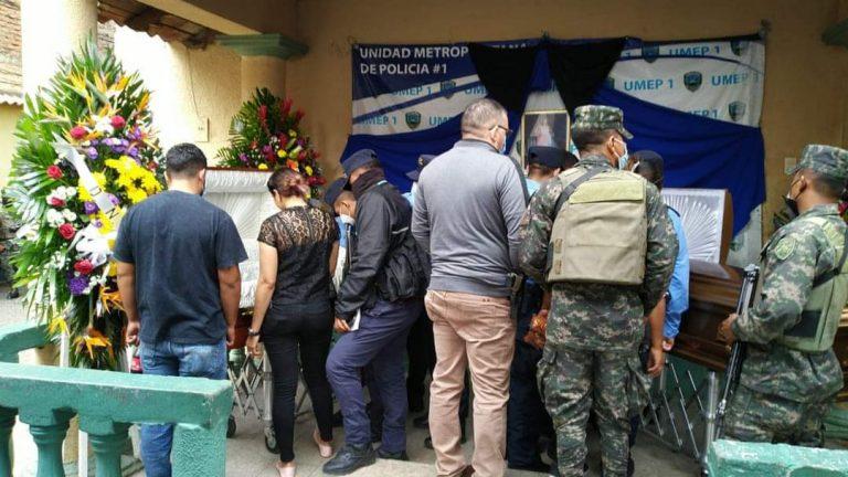 Dan el último adiós a los dos policías que fueron acribillados en la Cerro Grande