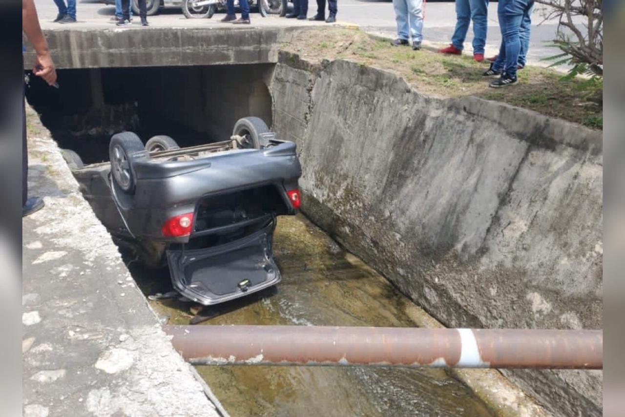 carro cae en cuneta sps