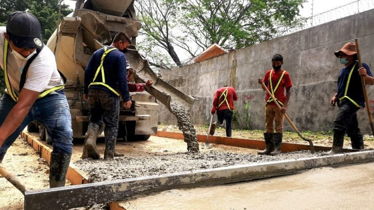 Municipalidad SPS: Avanza fundición de pavimento en bordo del río Santa Ana