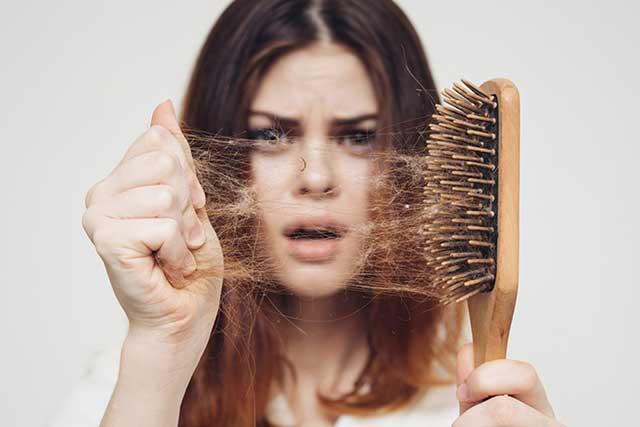 DE MUJERES  4 motivos por los que se cae el cabello y cómo puedes evitarlo