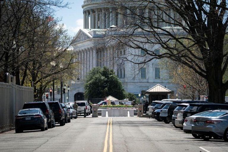 Alerta máxima en el Capitolio: conductor embiste y deja heridos a dos policías