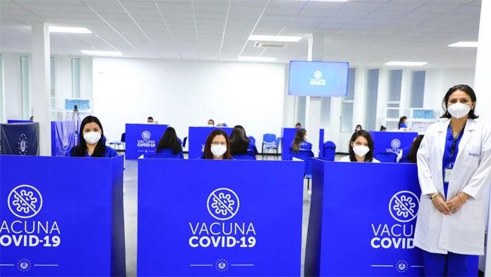 El megacentro de vacunación inmuniza a al menos 10 mil personas al día.