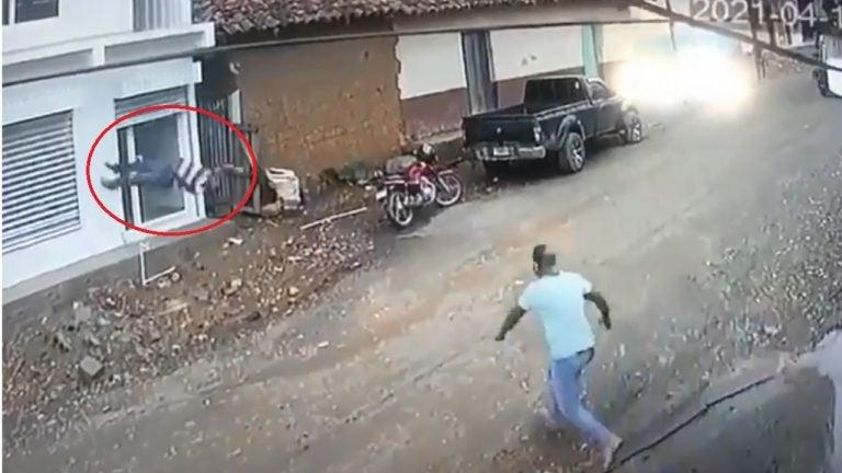 VIDEO   Hombre muere al caer de un segundo piso tras descarga eléctrica