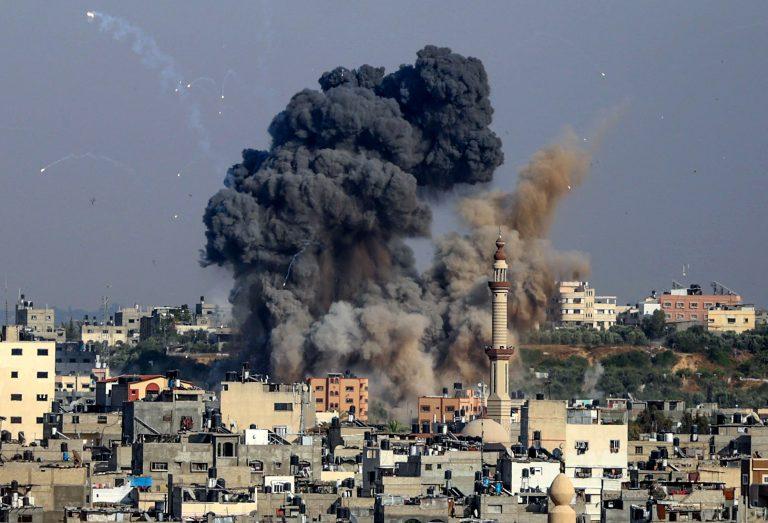 VÍDEO  Un edificio de 13 pisos colapsa en Gaza tras un ataque aéreo israelí