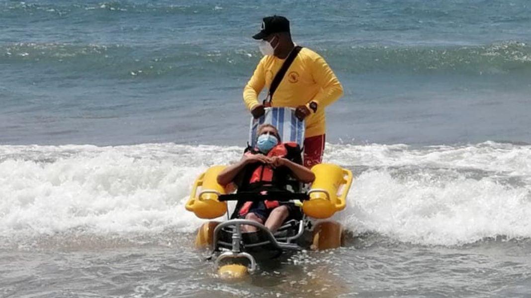 Bomberos ayudan hombre mar