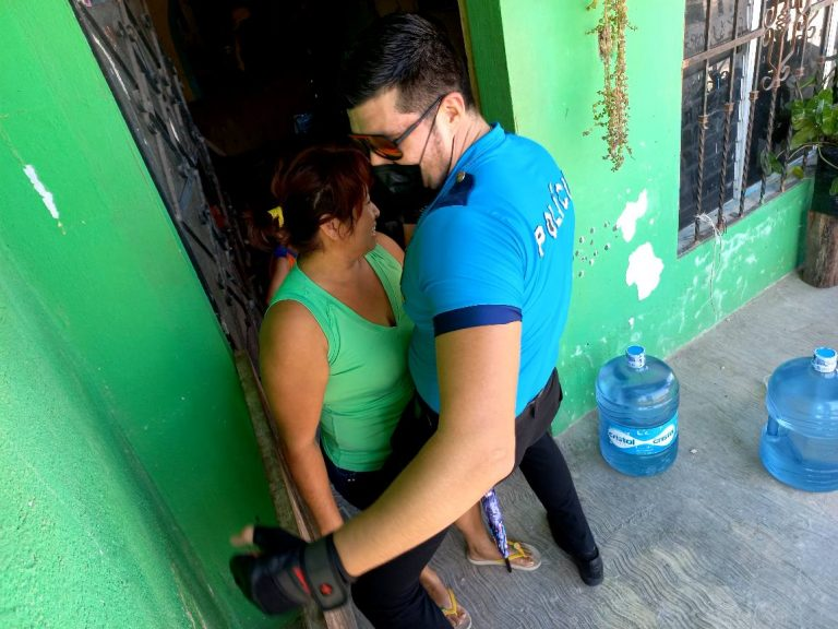 Alcaldesa lleva strippers a casa de madres para que les bailen en su día