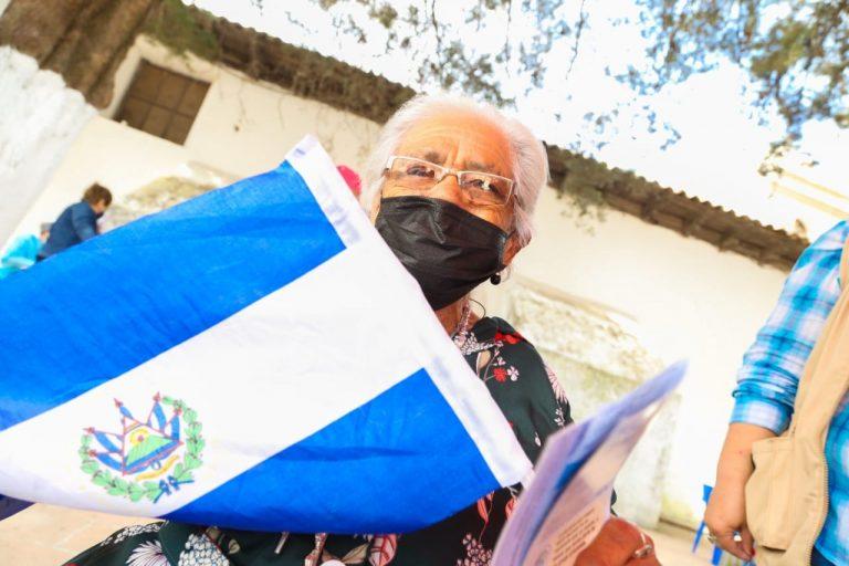 Doña Clementina, de 98 años, es la primera vacunada en Ojojona con dosis de El Salvador