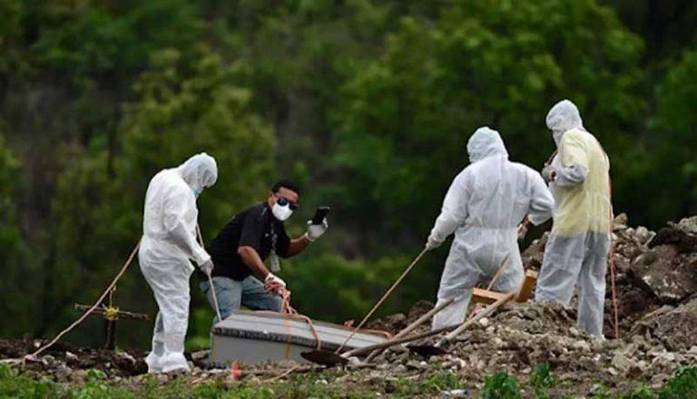 FM: horas después de recibir vacuna de AstraZeneca, mujer vomitó sangre y murió