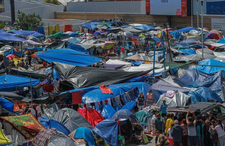 Unos tres mil migrantes dormirían bajo el frío y la intemperie en frontera de EEUU