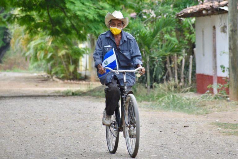 Olancho: en bicicleta y con banderita de El Salvador, así llegó a vacunarse don Miguel