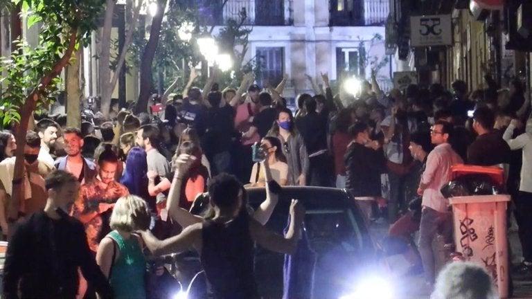 """España despide el """"estado de alarma"""" con fiestas, alcohol y aglomeraciones"""