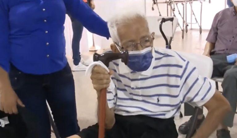 «Gloria al Señor»: Don Gregorio, de 100 años, llegó a vacunarse con su esposa en SPS