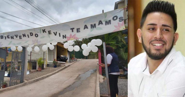 «Te amamos»: así reciben vecinos a Kevin Solorzano tras quedar en libertad
