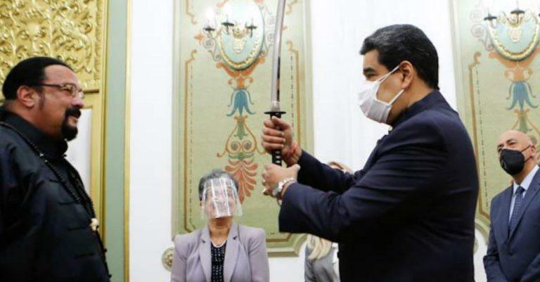 VIDEO: Nicolás Maduro muestra su habilidad con una espada samurái