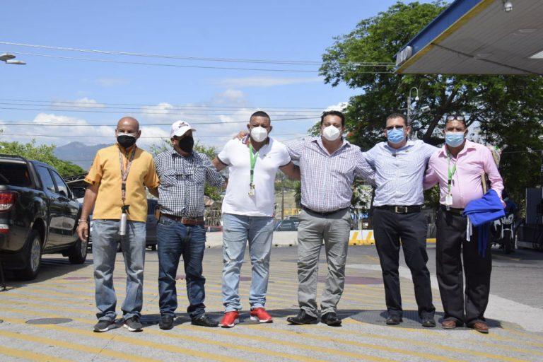 """""""Muy esperanzados"""": alcaldes hondureños parten a El Salvador para recibir vacunas"""
