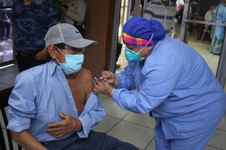 Salud visitará barrios de SPS para concluir vacunación de adultos mayores