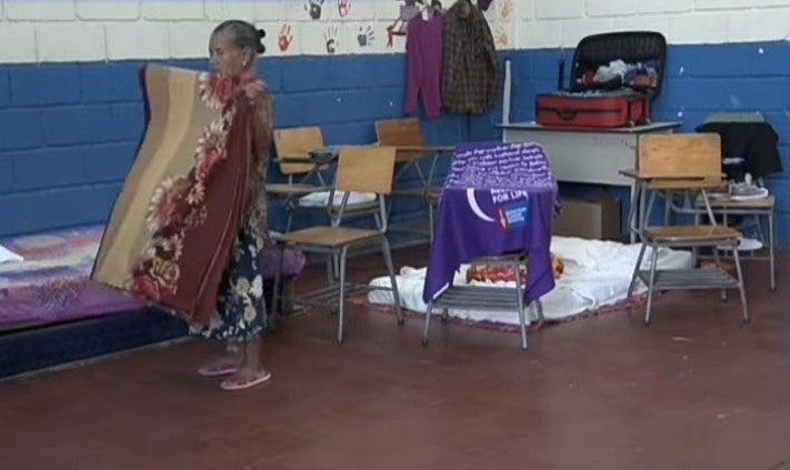"""""""Nos están corriendo"""": damnificados en escuela de colonia Canaán claman ayuda"""