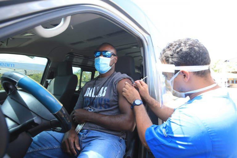 Trabajadores del sector turismo reciben vacunas contra COVID-19 en Islas de la Bahía