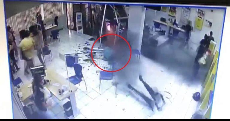 Estaba en el cajero: mujer es arrastrada por vehículo que chocó en banco de SPS