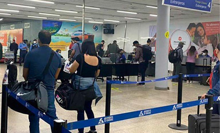"""Ante falta de vacunas, hondureños """"abarrotan"""" líneas aéreas para vacunarse en EEUU"""