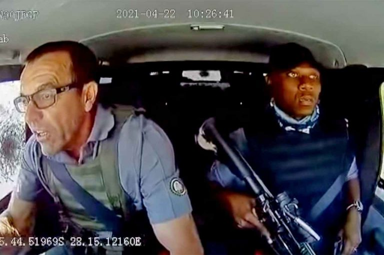 Video viral| Conductor de camión blindado escapa ileso ante «lluvia de balas»
