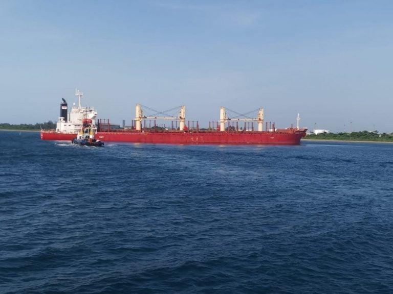 """""""Otra vez"""": Reportan buque encallado en canal de acceso de Puerto Cortés"""