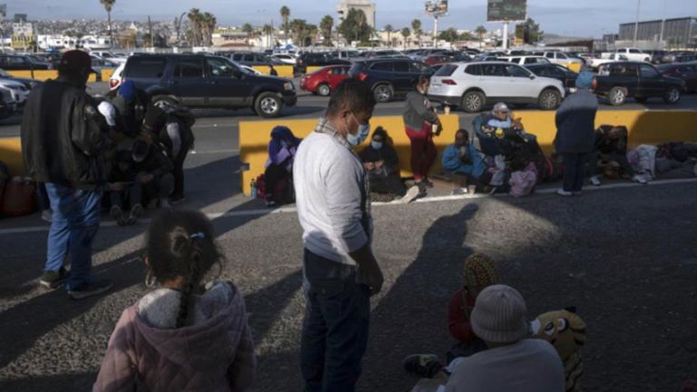 """""""Han sufrido"""": menores migrantes duermen en estacionamientos de Texas, EEUU"""