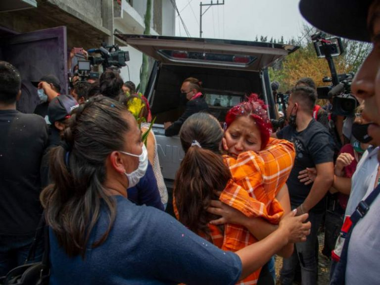 """""""Hijo mío no te vayas"""": familias lloran a víctimas de accidente en México"""
