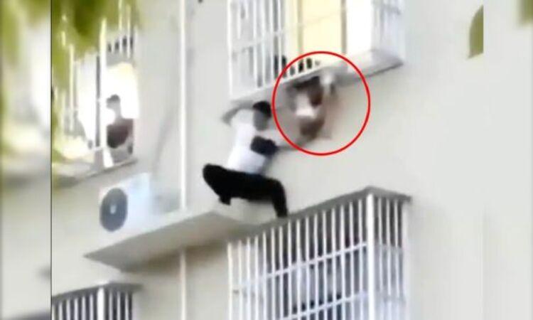 VIDEO  Hombre salva a niña de dos años que estaba a punto de caer de sexto piso