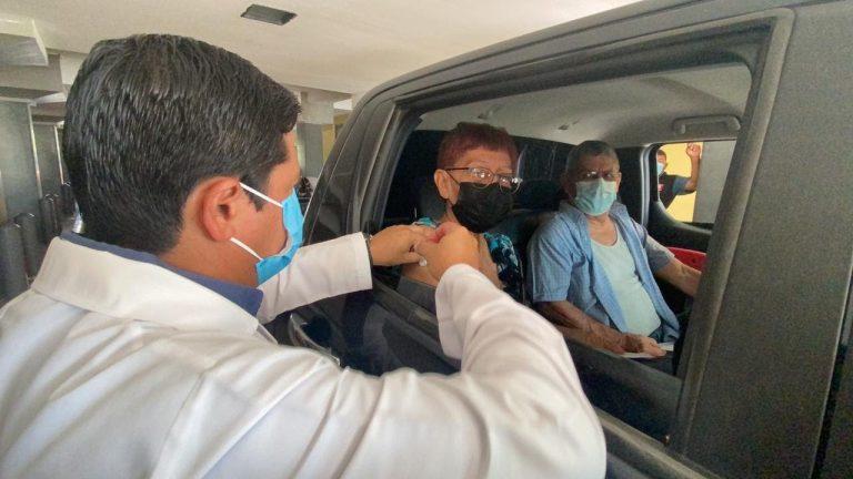 SPS | Arranca vacunación en autos, con adultos de 75 años: ¿qué debe llevar?