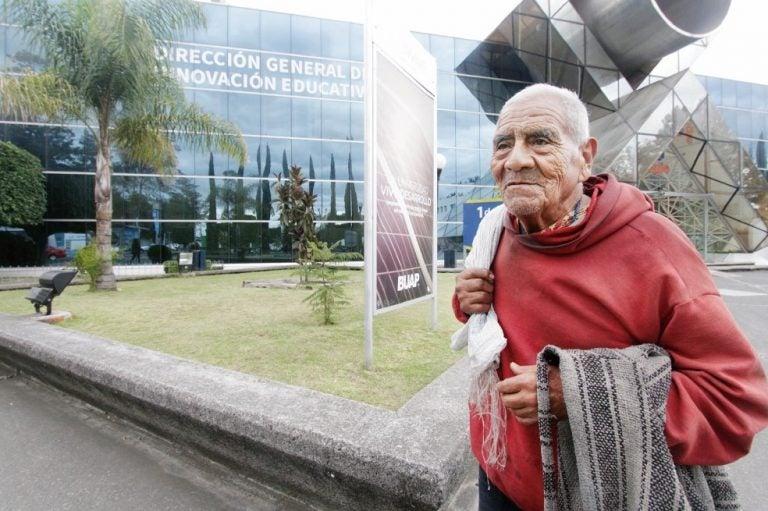 Anciano de 84 años se gradúa como ingeniero y dice que seguirá estudiando