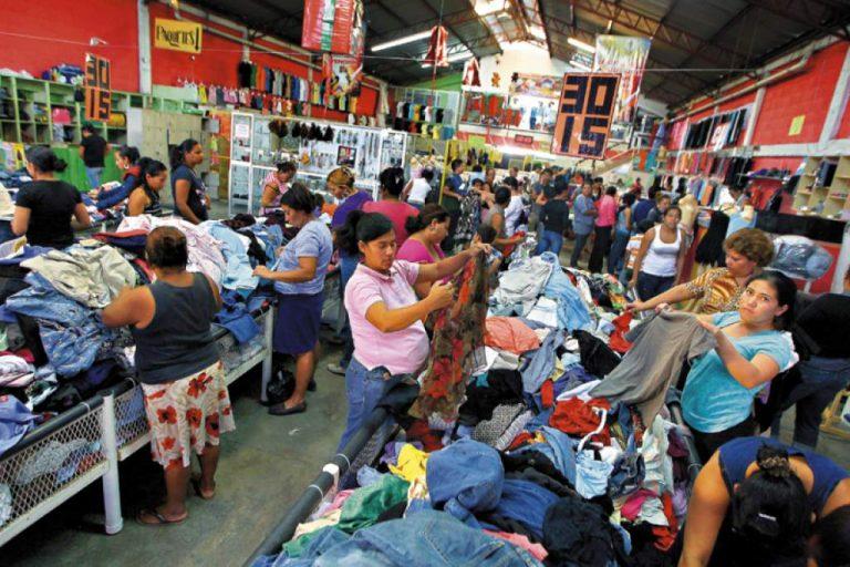 """Denuncian que en unos días habrá """"trancazo"""" a importación de ropa usada"""