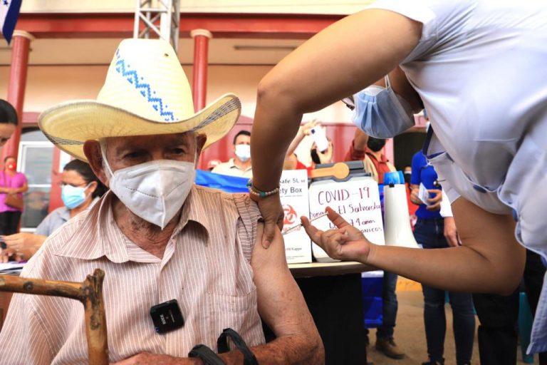 Colinas: Don René, de 84 años, el primer vacunado con dosis de El Salvador