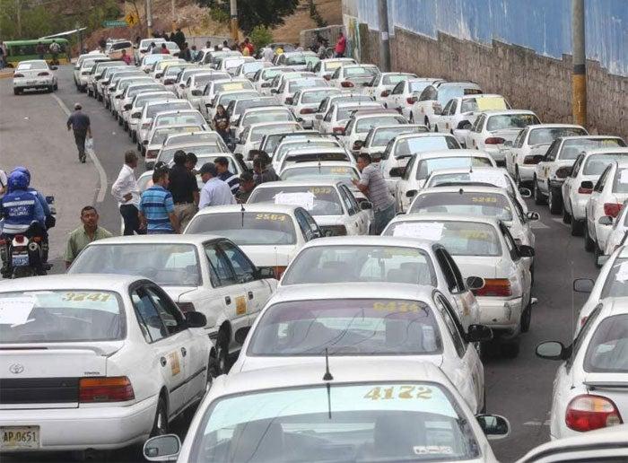 Taxistas paralizan unidades